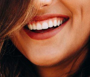 Kinn einer glücklichen Frau